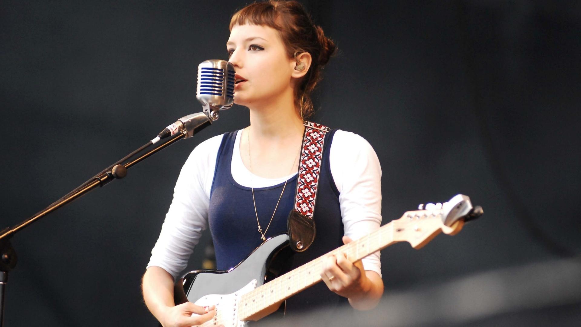 Mallu Magalhães se apresenta no palco Sonora Main Stage no Planeta Terra 2012. A cantora chorou devido aos problemas técnicos que aconteceram em seu show (20/10/12)