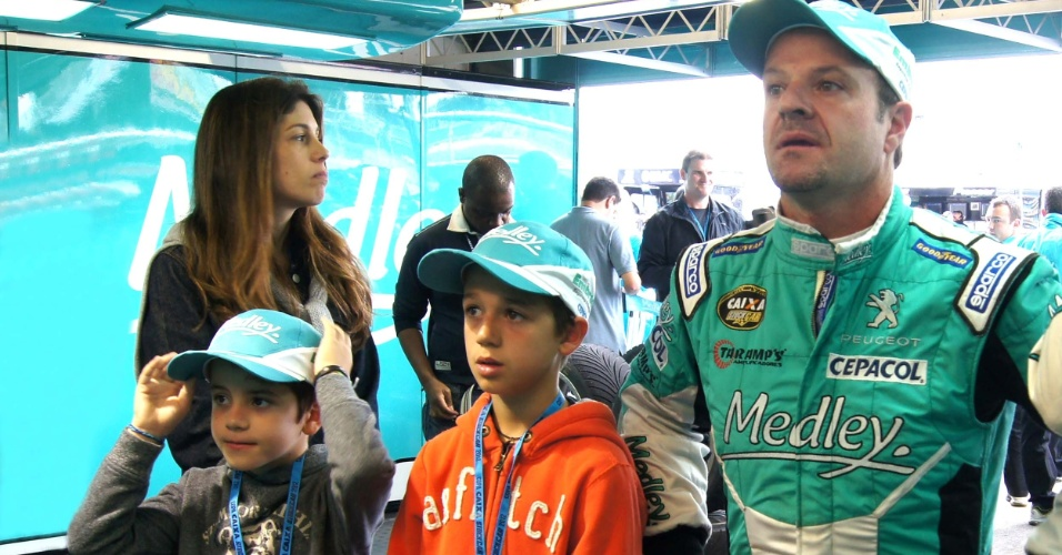 Mulher Silvana e os filhos Eduardo e Fernando acompanham Rubens Barrichello nos boxes durante treino de classificação da Stock em Curitiba