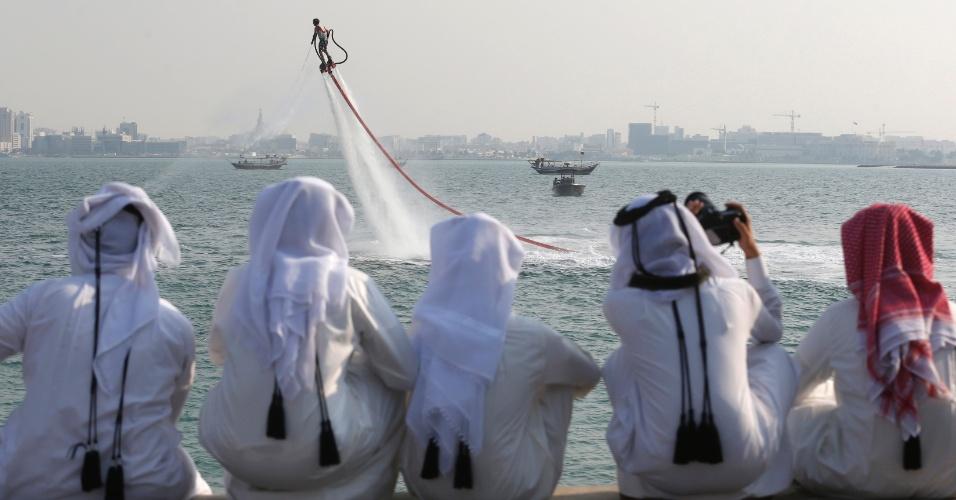 Público do Qatar assiste às manobras do holandês  Bo Krook, que flutua sobre a água em evento de flyboard