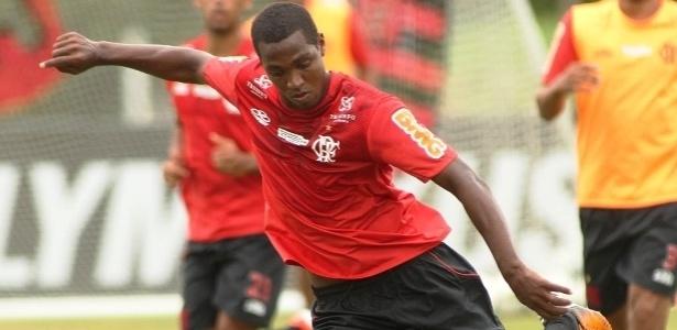 Renato Abreu se prepara para o chute durante treino do Flamengo no Ninho do Urubu