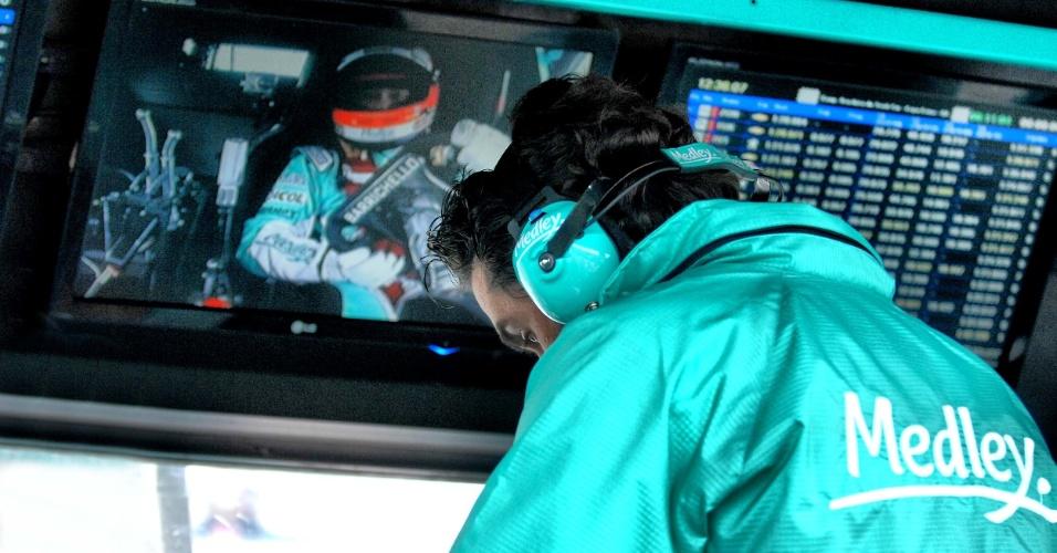 Rubens Barrichello é monitorado no pit wall de sua equipe durante treino classificatório da Stock em Curitiba