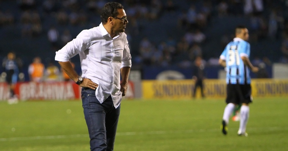 Técnico Vanderlei Luxemburgo, do Grêmio, durante partida contra o Coritiba no Olímpico