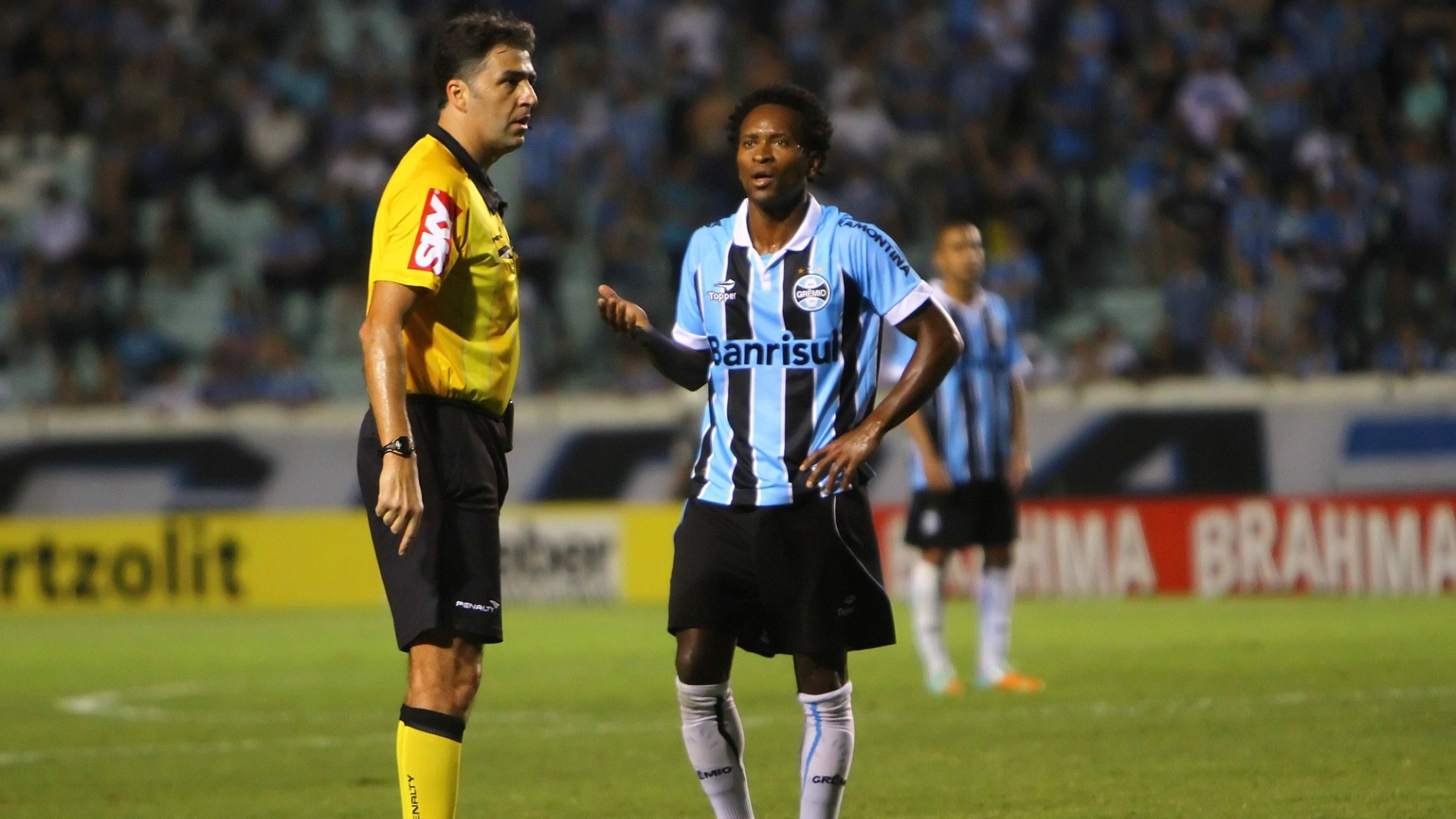 Z Roberto reclama com rbitro durante partida do Grmio contra o Coritiba no Olimpico