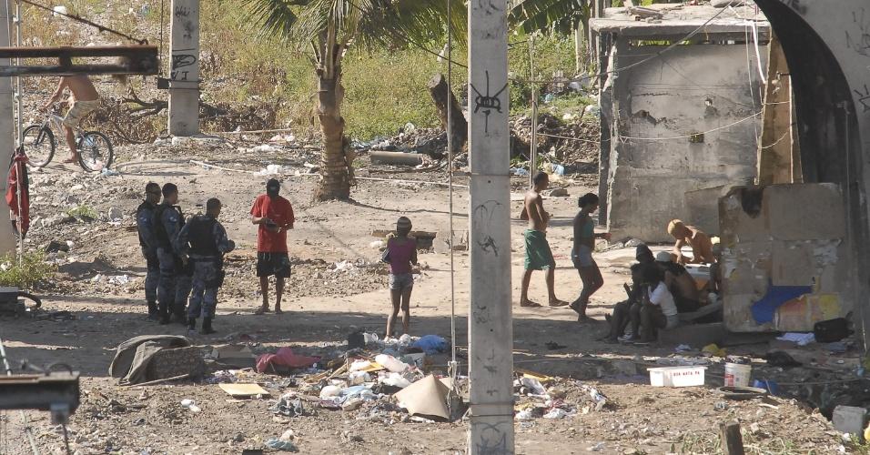 21.out.2012 - Policiais militares conversam com usuários de crack que permanecem na região de Manguinhos, no Rio de Janeiro, ocupada pelas forças de segurança na semana passada