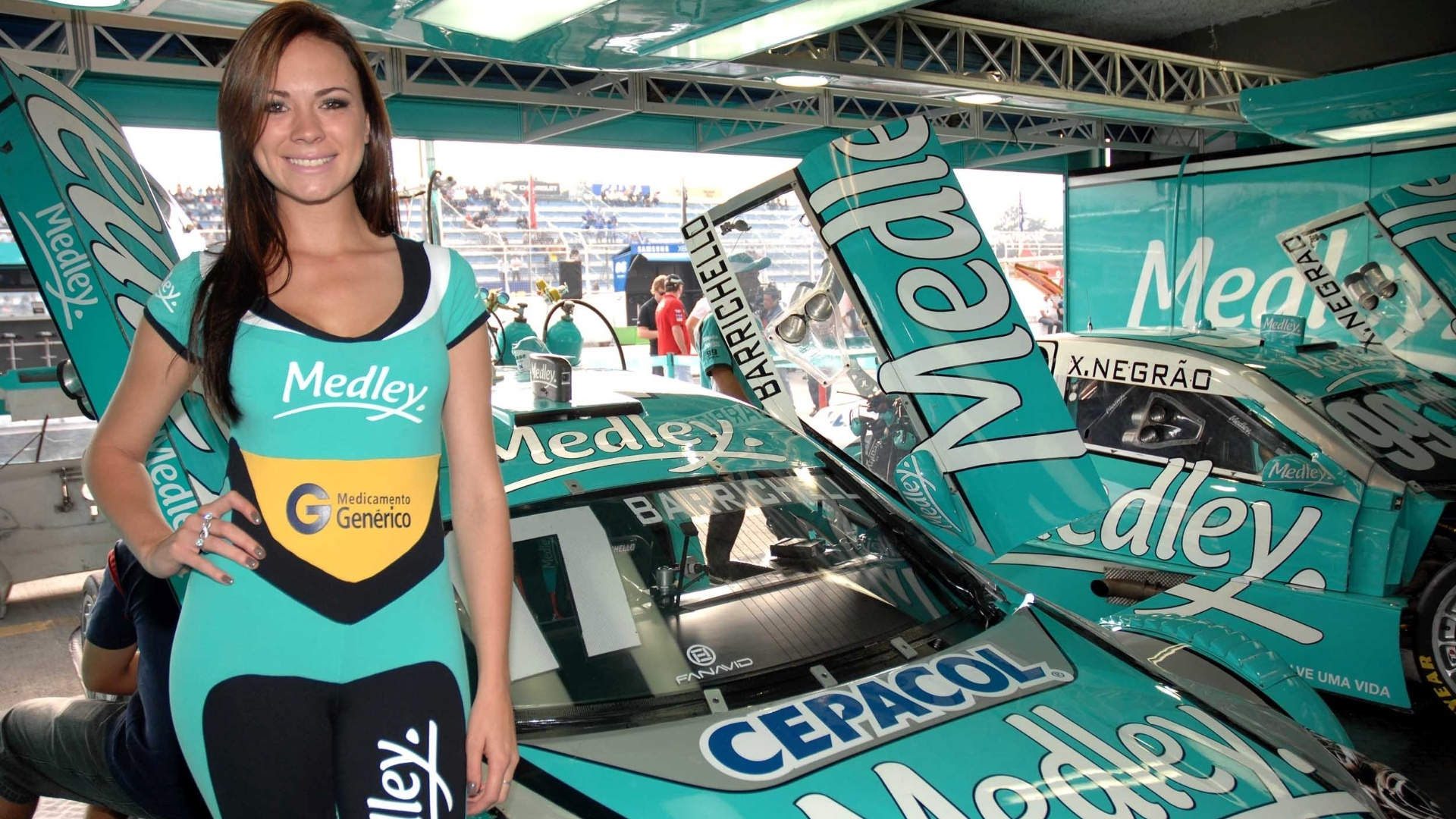 A bela Helen posa ao lado do carro de Rubens Barrichello antes da etapa de Curitiba da Stock Car