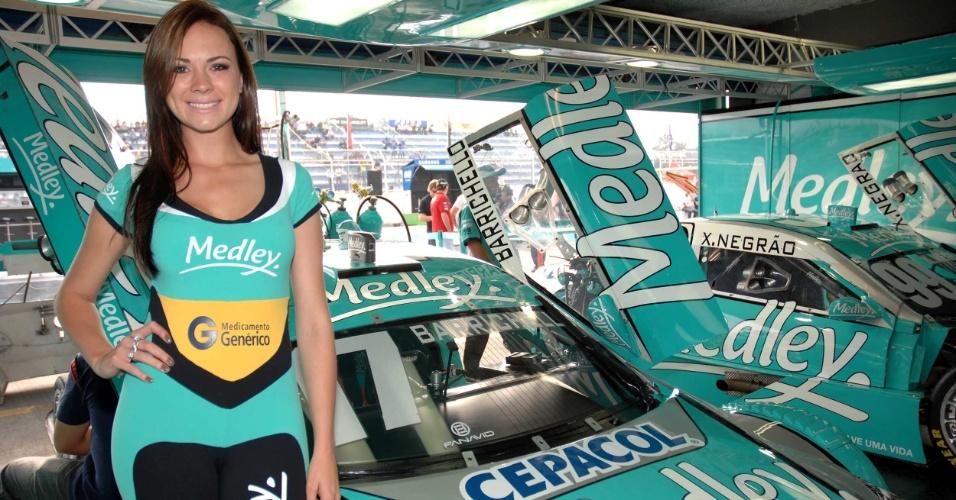 A bela Helen posa ao lado do carro de Rubens Barrichello antes da etapa de Curitiba da Stock Car