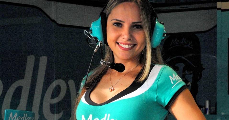 A promotora Alessandra embeleza os boxes da equipe de Barrichello na etapa de Curitiba da Stock Car