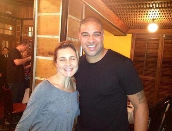 Adriano postou em seu Twitter uma foto com Adriana Esteves, a Carminha da novela Avenida Brasil