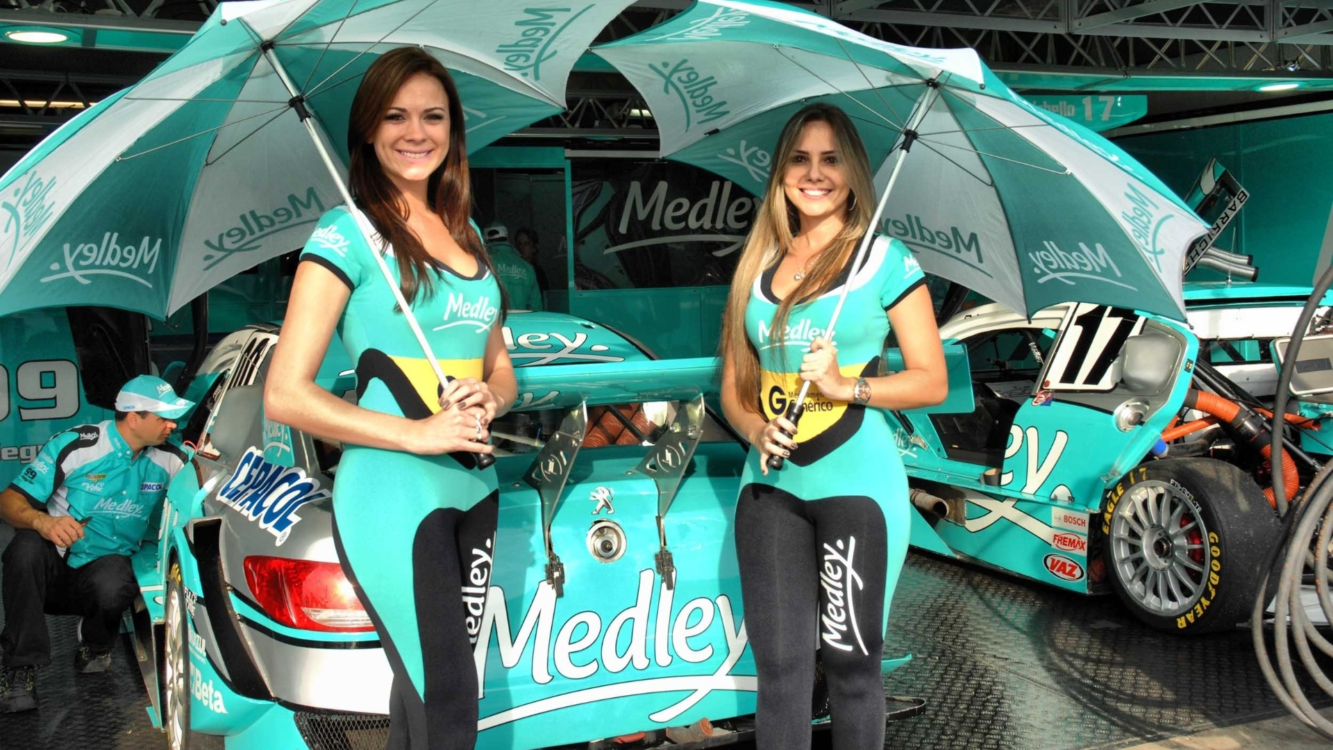 As belas Helen e Alessandra posam nos boxes da equipe de Rubens Barrichello na etapa de Curitiba da Stock Car