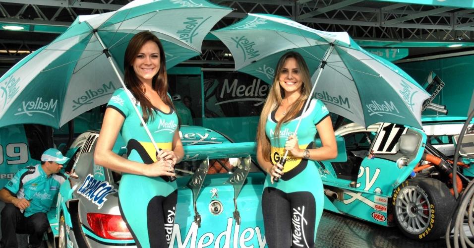 As belas Helen e Alessandra posam nos boxes da equipe de Rubens Barrichello na etapa de Curitiba da Stock Car