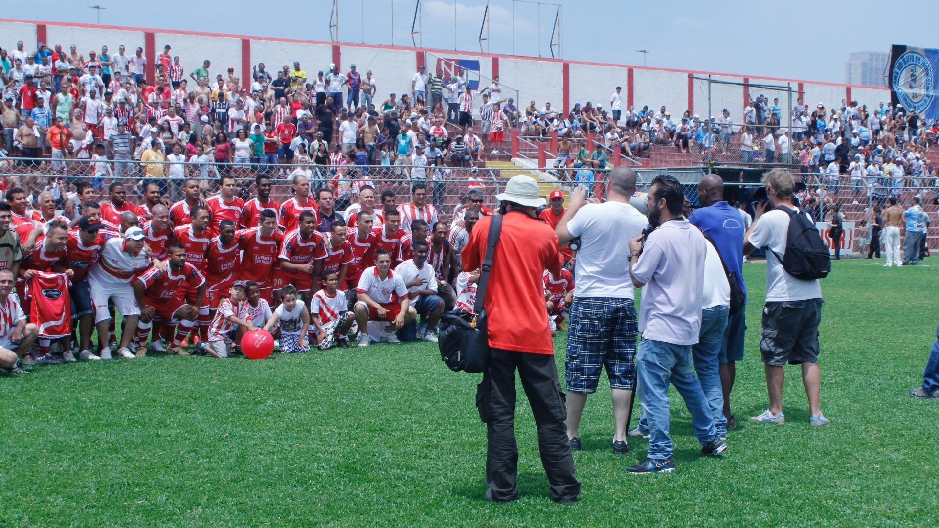 Equipe do Internacional posa para foto antes da partida contra o Real Madrino Campo do Nacional pela série B, o Inter venceu o Real Madri por 2 a 1 e está na final da competição