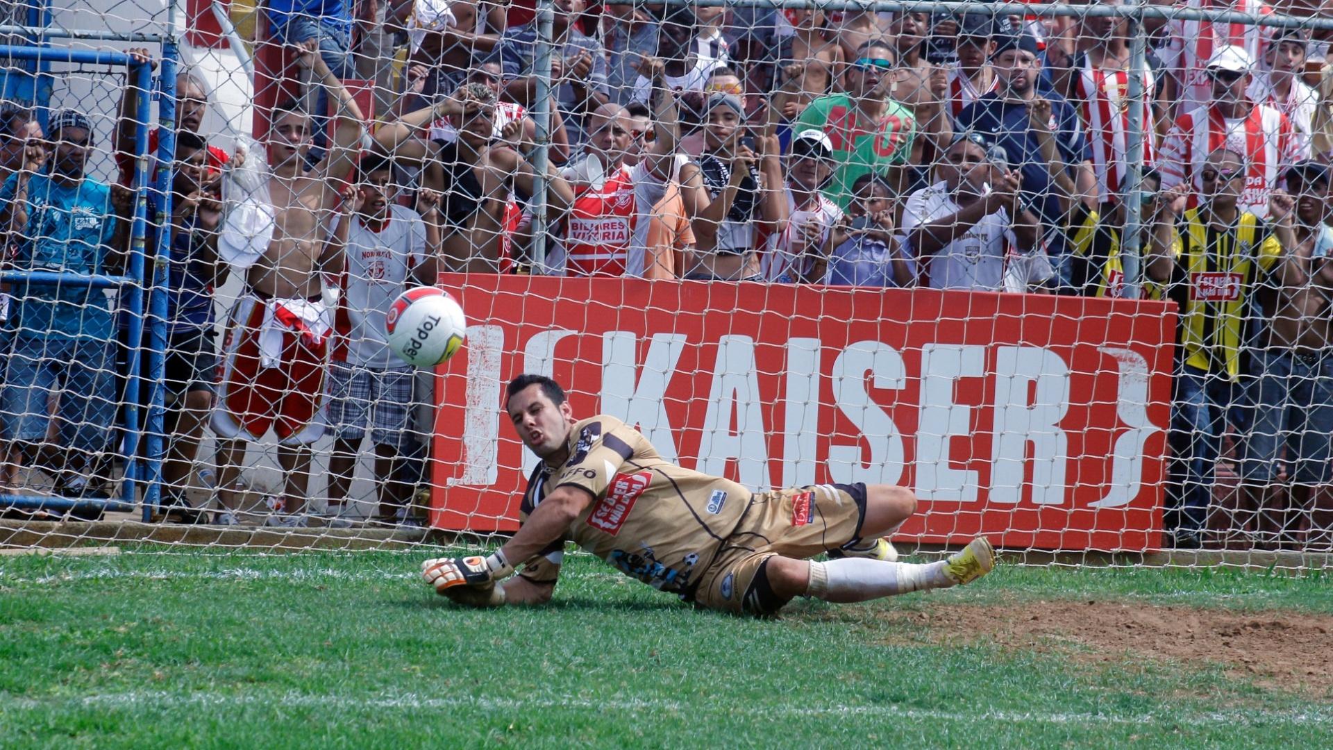 Goleiro do Turma do Baffo defende chute de jogador do Noroeste durante semifinal da Copa Kaiser