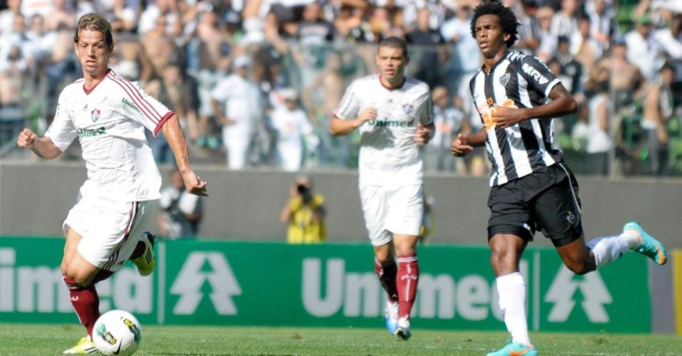 Jô, do Atlético-MG, e Diguinho, do Fluminense, correm pela bola durante jogo neste domingo no Estádio Independência
