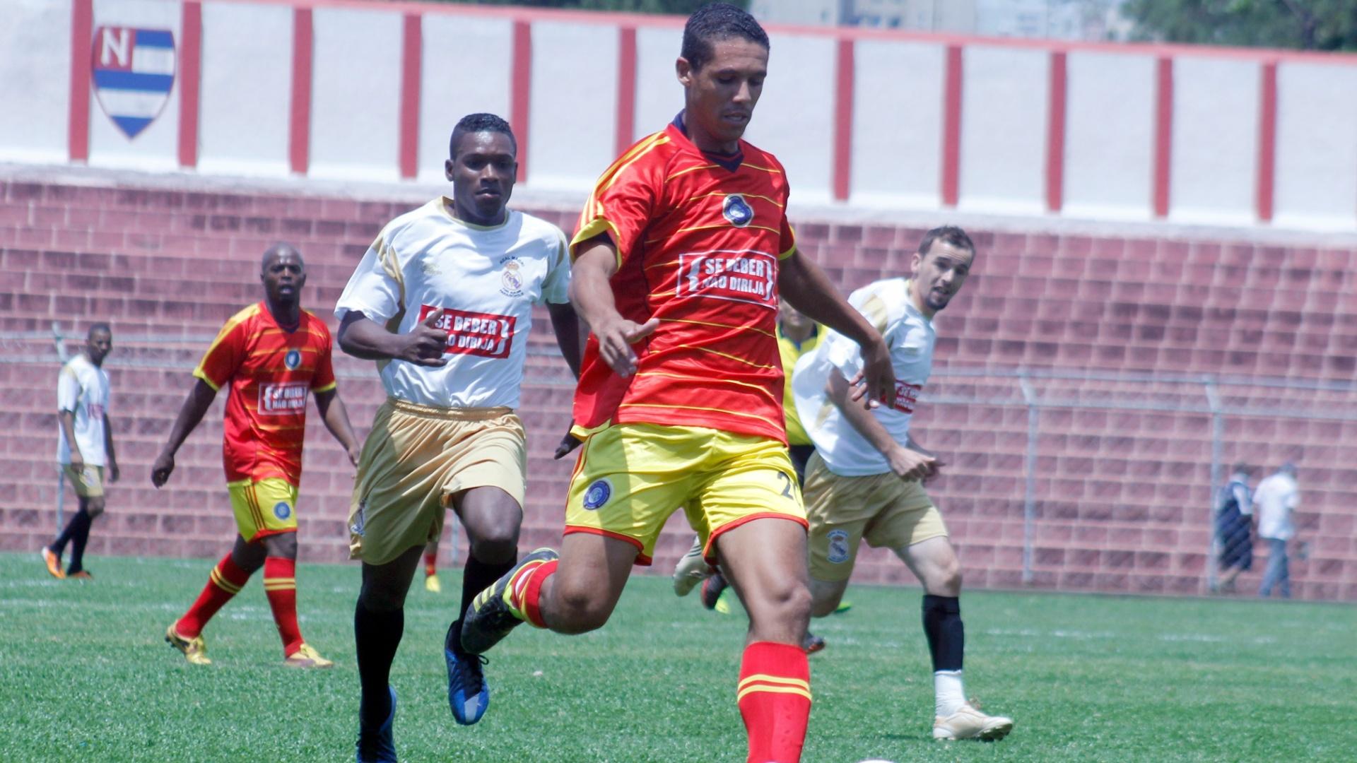 Jogador do Internacional carrega a bola ao ataque durante partida contra o Real Madri pela semifinal da séria B da Copa Kaiser