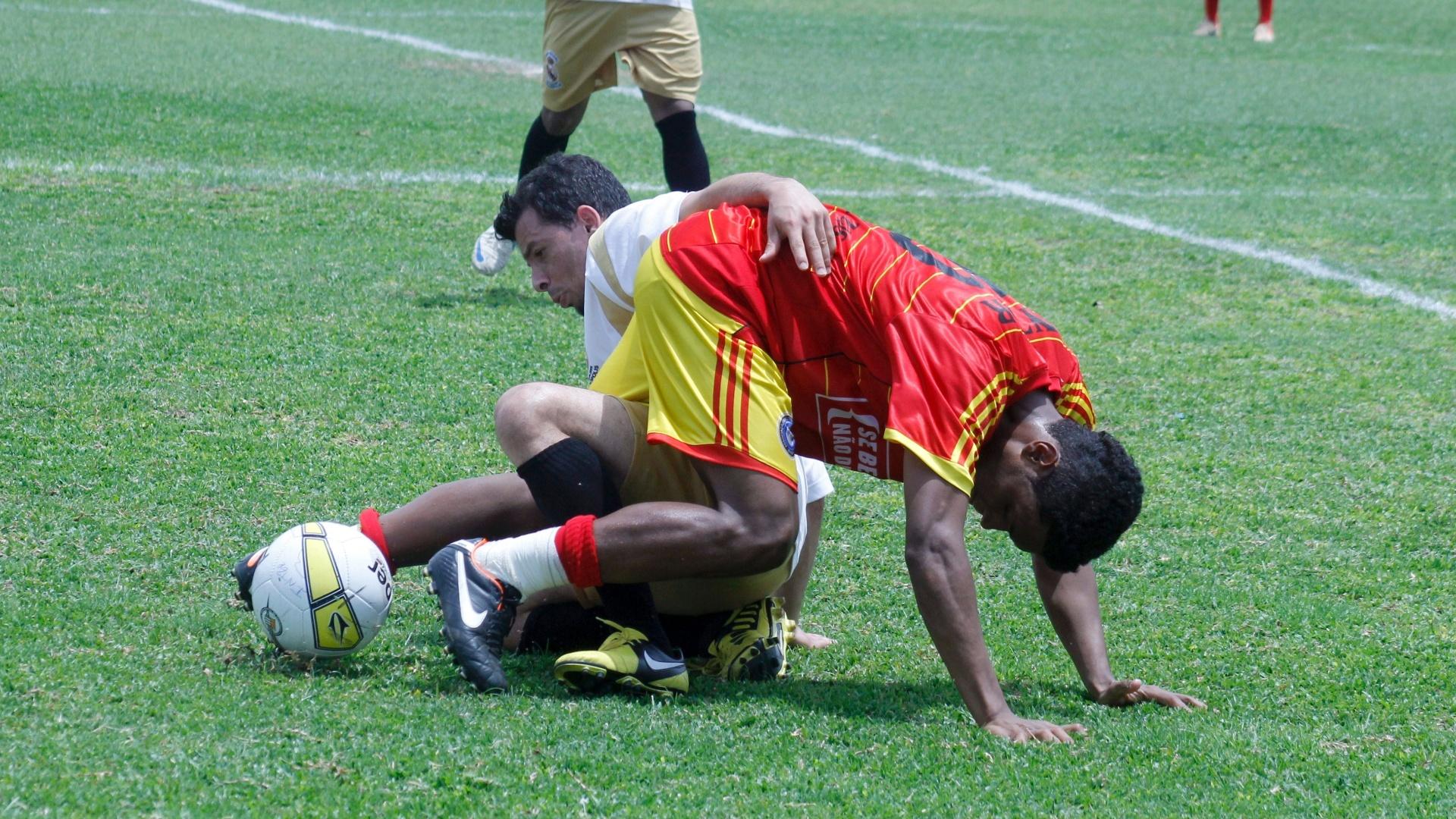 Jogadores de Internacional e Real Madri brigam pela bola durante semifinal da série B da Copa Kaiser