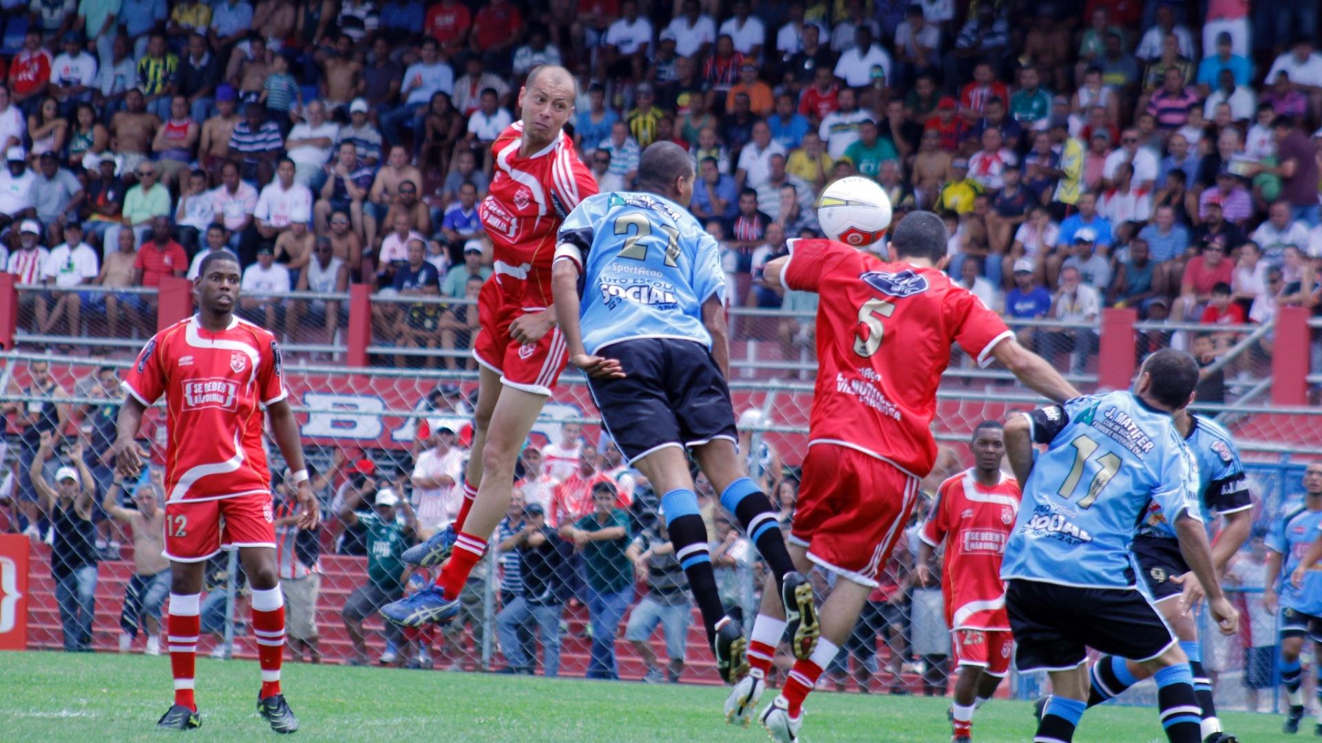 Jogadores de Turma do Baffo (de azul) e Noroeste disputam pela bola durante semifinal da Copa Kaiser