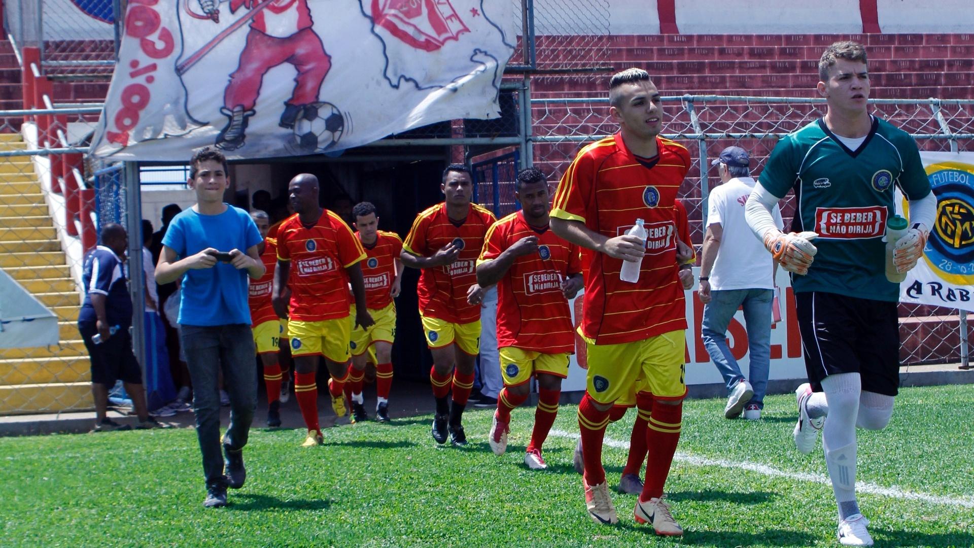 Jogadores do Internacional entram em campo para a semifinal da série B da Copa Kaiser contra o Real Madri