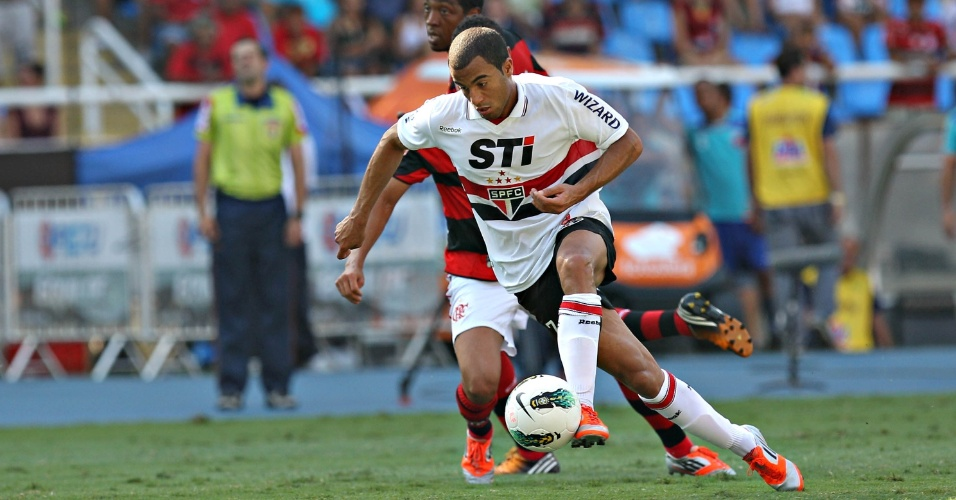 Lucas parte para o ataque em boa chance do São Paulo contra o Flamengo no Engenhão