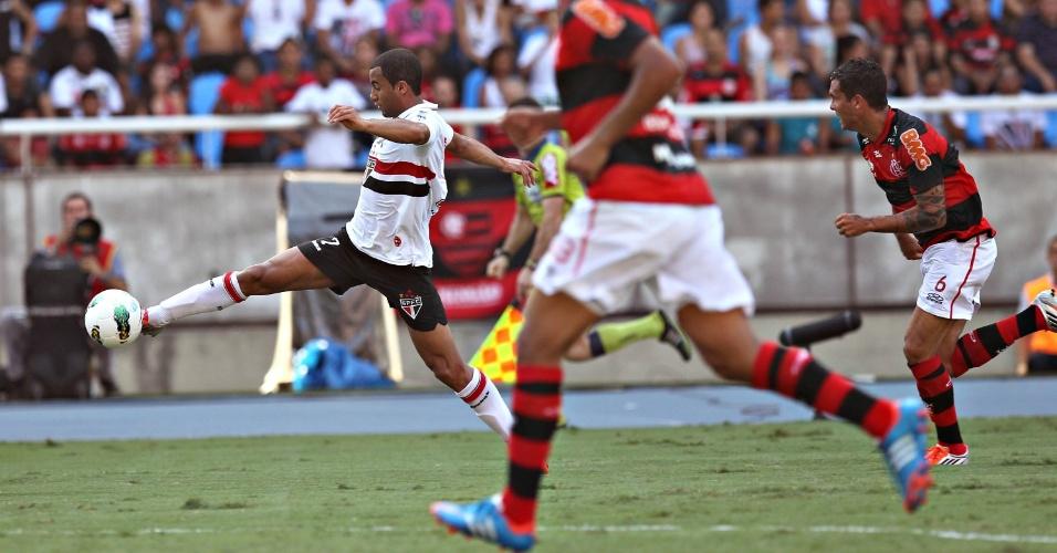 Lucas tenta o domínio da bola durante jogo deste dominfo contra o Flamengo no Engenhão