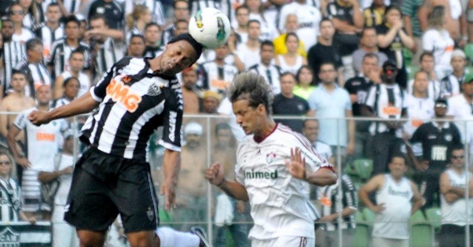 Ronaldinho Gaúcho cabeceia a bola durante partida entre Atlético-MG e Fluminense no Independência