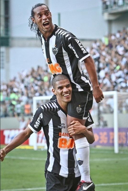 Ronaldinho Gaúcho comemora com Leonardo Silva o gol da virada na vitória do Altético-MG sobre o Fluminense no Independência