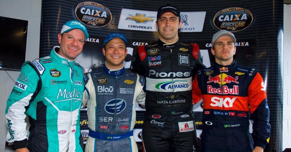 Rubens Barrichello posa ao lado dos três primeiros colocados em Curitiba: Átila Abreu (centro), Allam Khodair (e) e Daniel Serra