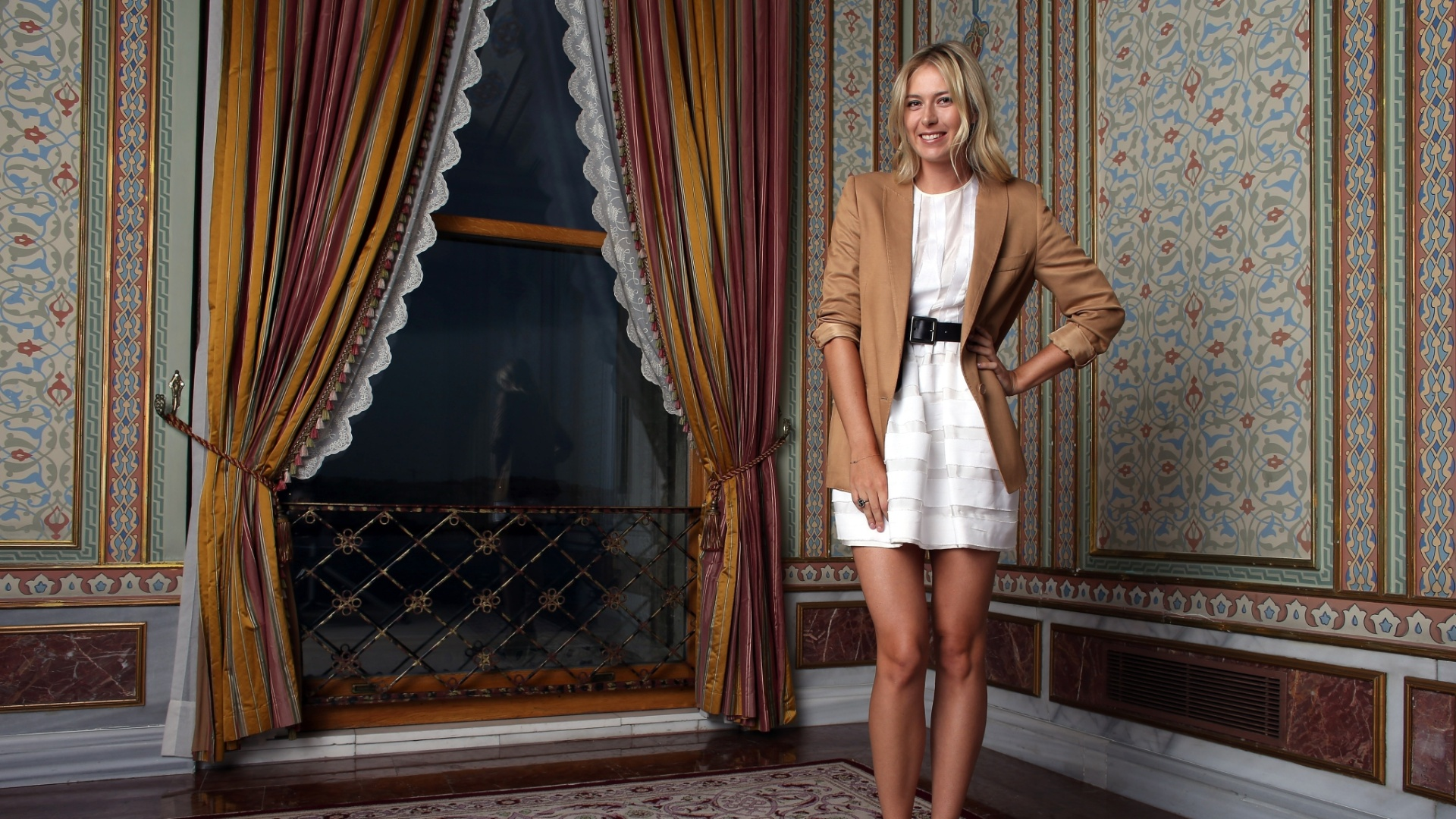 Russa Maria Sharapova mostra seu estilo com trajes de gala em Istambul