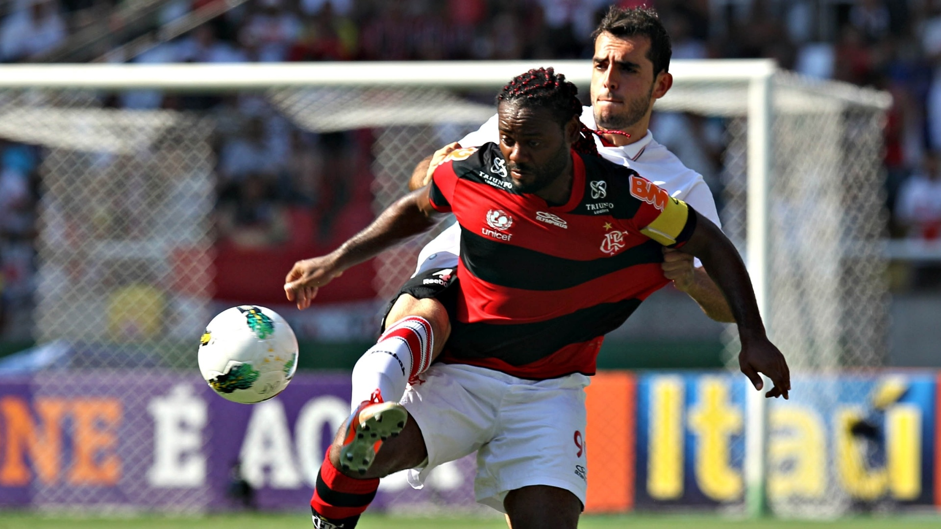 Vagner Love e Rhodolfo disputam pela boal durante partida entre So Paulo e Flamengo no Engenho