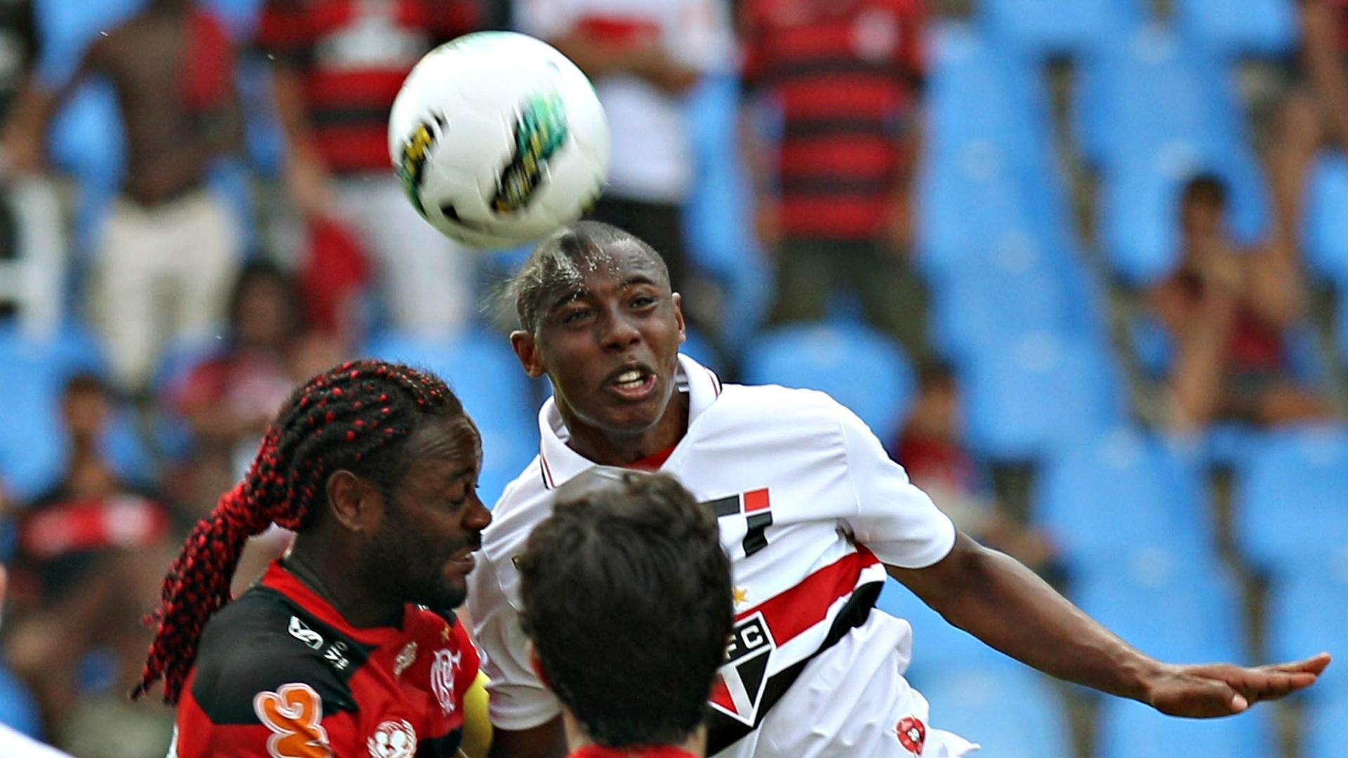 Wellington disputa bola aérea com Vagner Love durante partida entre São Paulo e Flamengo no Engenhão