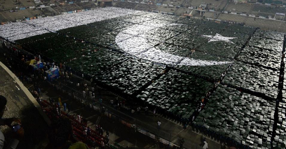 22.out.2012 - Jovens paquistaneses montam a maior bandeira nacional humana do mundo, em Lahore, Paquistão. O recorde anterior, que já durava cinco anos, pertencia a Hong Kong. Ao todo, 24 mil pessoas formaram a bandeira paquistanesa, mais 2 mil a mais que o recorde chinês