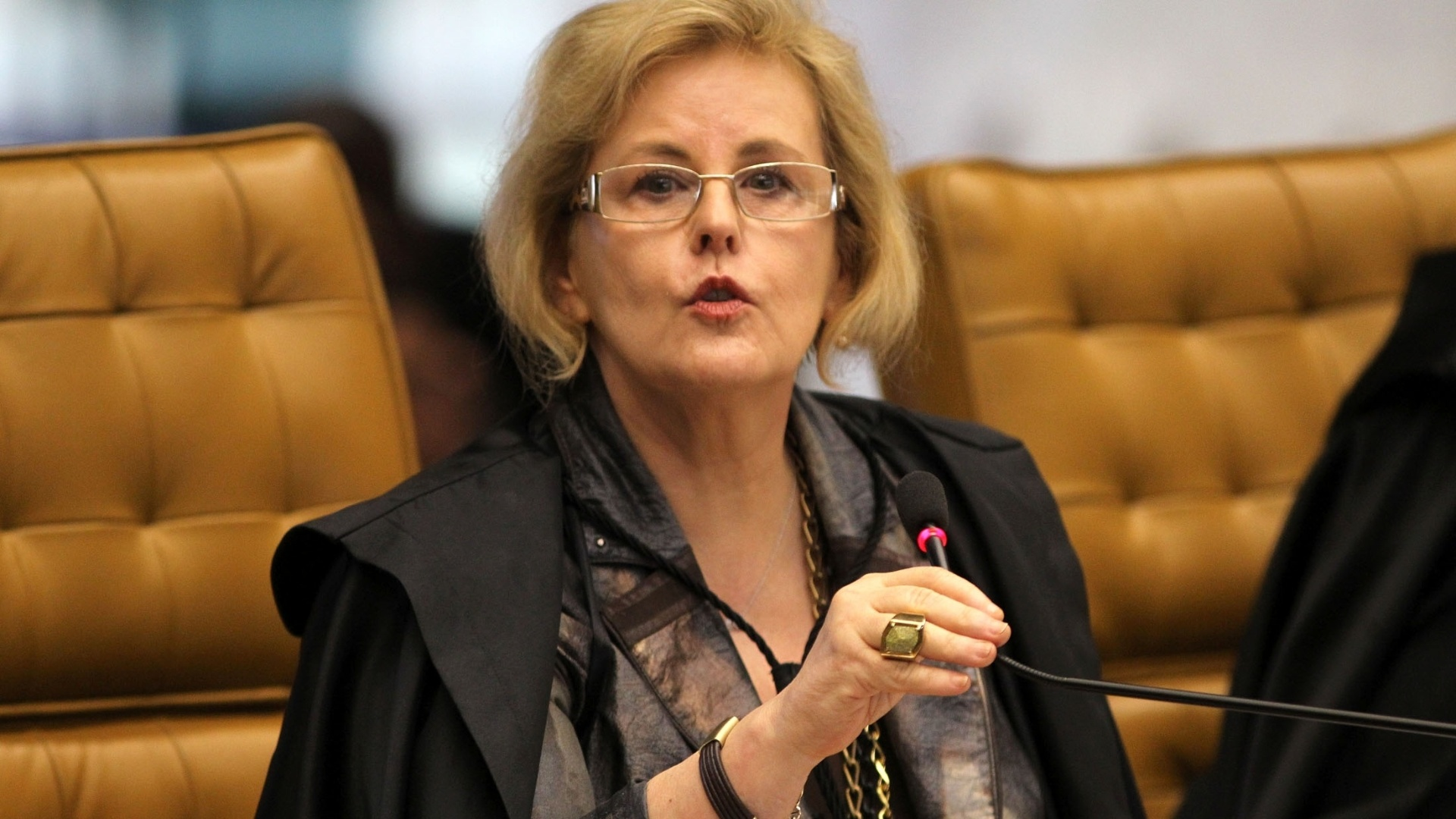 22.out.2012 - Ministra Rosa Weber, acompanhando o revisor do processo do mensalo, Ricardo Lewandowski, absolve Dirceu e outros 12 rus da acusao de formao de quadrilha 