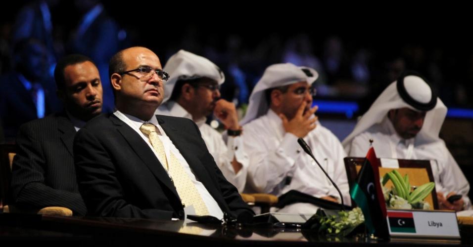 - 22out2012---ministro-de-eletricidade-e-energia-renovavel-da-libia-ibrahim-awad-barasi-esq-participa-do-primeiro-dia-do-forum-mundial-de-energia-em-dubai-nos-emirados-arabes-unidos-1350913866495_956x500