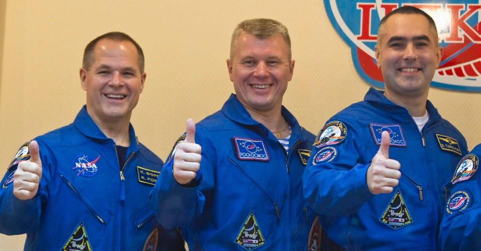 22.out.2012 - Os próximos tripulantes da Estação Espacial Internacional (ISS, na sigla em inglês) cumprimentam jornalistas no cosmódromo de Baikonur, no Cazaquistão, nesta segunda-feira (22). O norte-americano Kevin Ford (à esquerda) e os russos Oleg Novitskiy (centro) e Evgeny Tarelkin viajarão ao espaço nesta terça-feira (23)