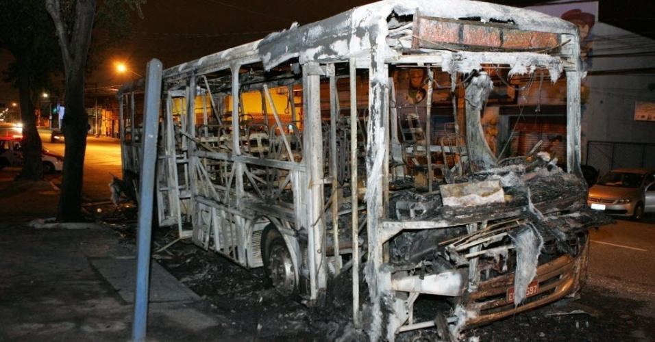 22.out.2012 - Três ônibus são incendiados em um intervalo de cerca de três horas no bairro do Jaçanã, na zona norte de São Paulo