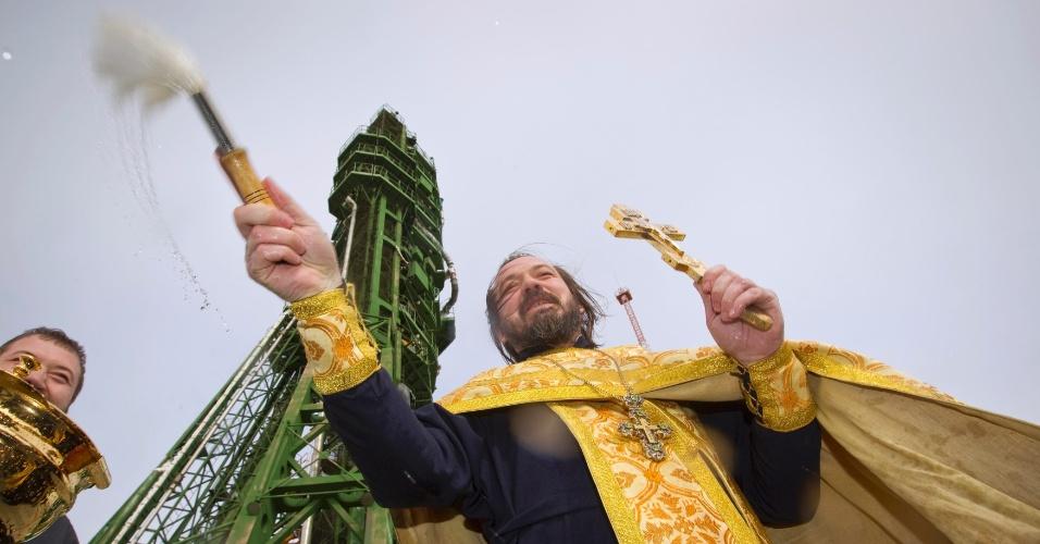 22.out.2012 - Um padre católico ortodoxo faz nesta segunda-feira (22) cerimônia religiosa em frente à nave Soyuz, no cosmódromo Baikonur, no Cazaquistão. Na próxima terça-feira (23), os russos Oleg Novitskiy e Evgeny Tarelkin e o norte-americano Kevin Ford serão lançados ao espaço para uma missão de seis meses Estação Espacial Internacional (ISS, na sigla em inglês)