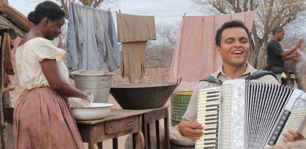 O músico Chambinho do Acordeon em cena de Gonzaga - De Pai para Filho, de Breno Silveira
