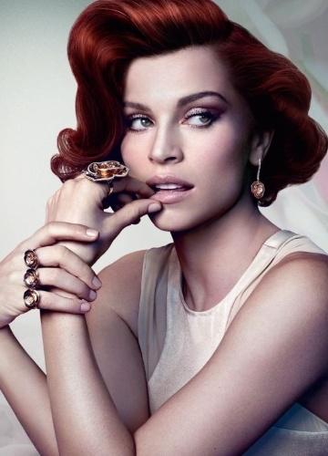 Grazi Massafera aparece ruiva em campanha de Natal para marca de joias (22/10/2012)