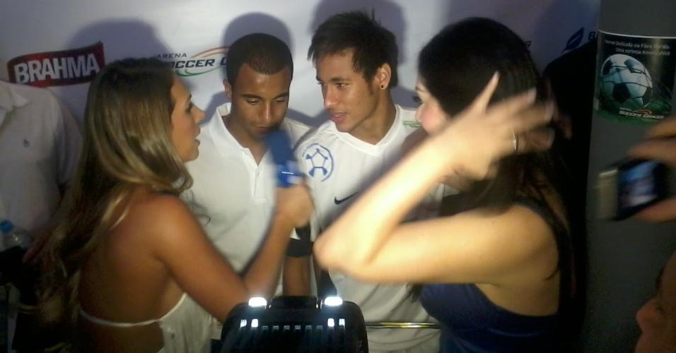 Luana Don e Francine Piaia, repórteres do Superpop, entrevistam Lucas e Neymar