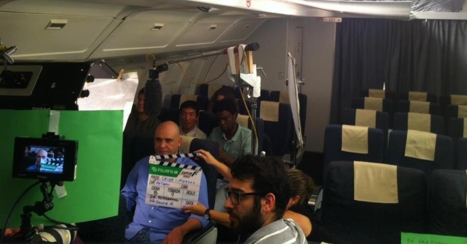 Marcos posta foto de gravação de comercial em cabine que simula avião