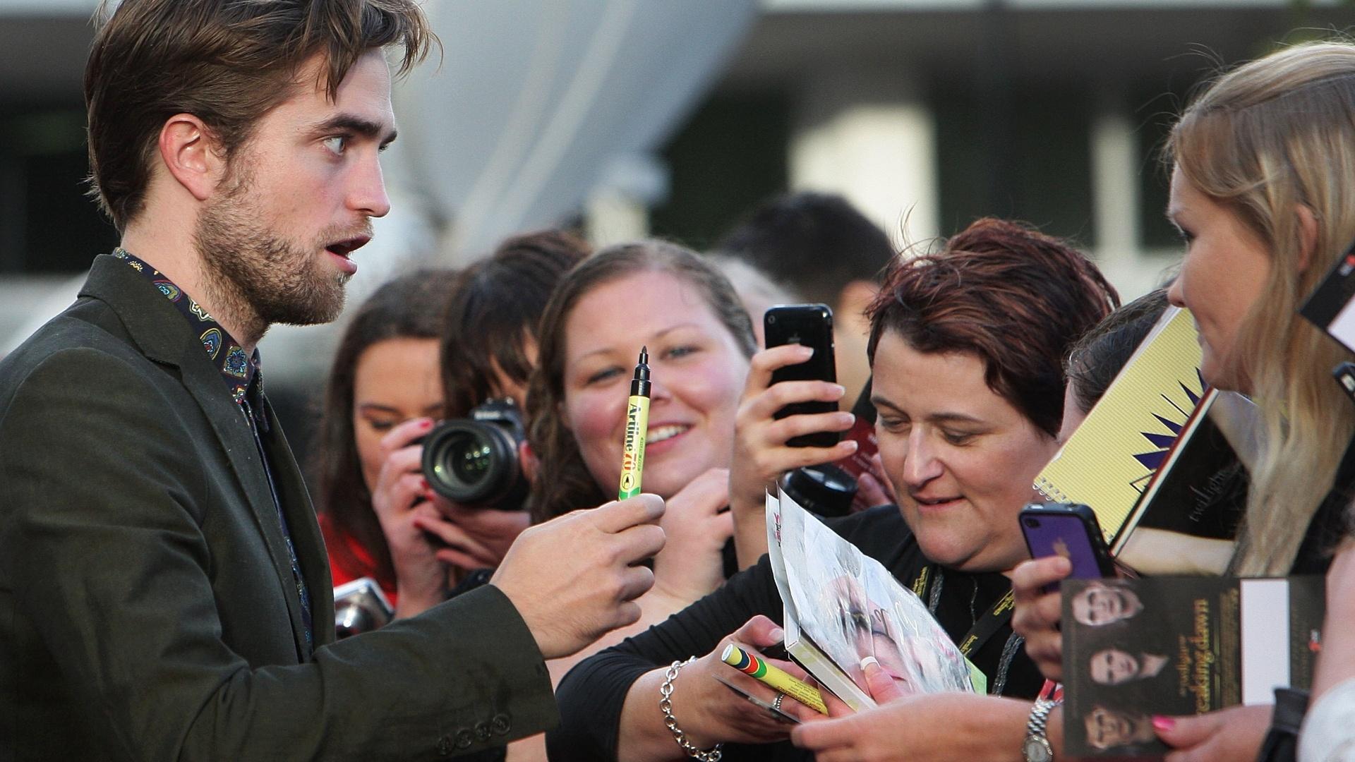 Robert Pattinson cumprimenta fãs durante divulgação de