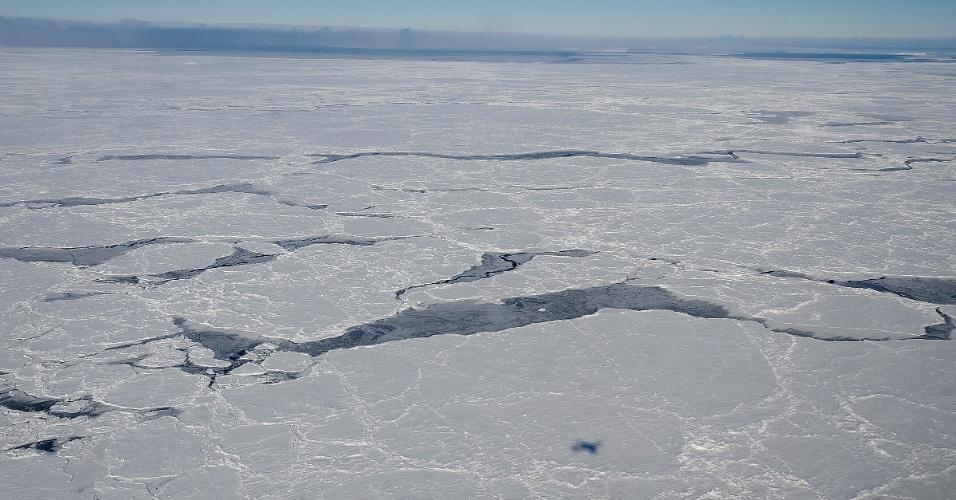 23.out.2012 - A extensão de gelo na Antártida cresce mais lentamente do que o derretimento das calotas no Oceano Ártico, segundo estudo da Nasa (Agência Espacial Norte-Americana). Além das mudanças climáticas, a geografias dos polos da Terra pode explicar tanto a perda quanto a expansão da cobertura de gelo