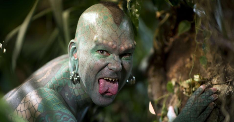 23.out.2012 - Erik Sprague transformou-se no homem lagarto após ter tatuado seu corpo com escamas em tom de verde, serrado seus dentes e operado sua língua (agora bífida)