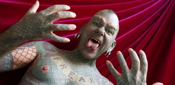Erik Sprague transformou-se no homem lagarto após ter tatuado seu corpo com escamas em tom de verde