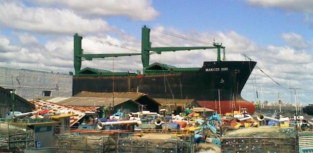Vento jogou um navio graneleiro contra o cais onde estava aportado, em São José do Norte (RS)