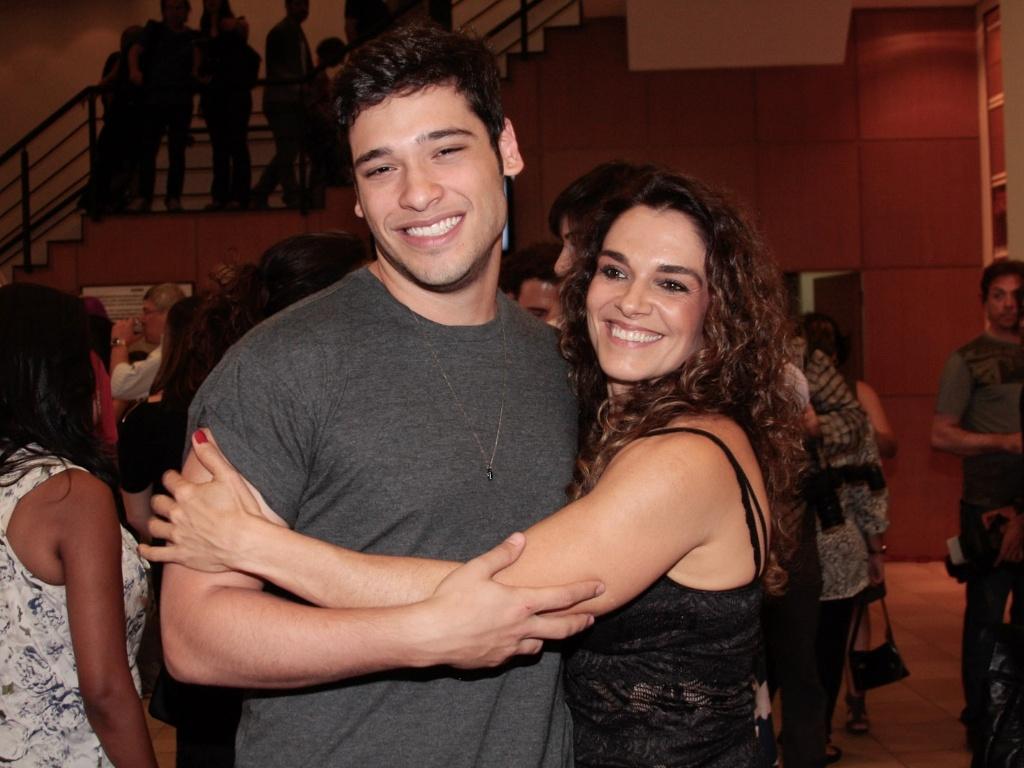 Bruno Fagundes com a mãe Mara Carvalho prestigiam apresentação especial do espetáculo
