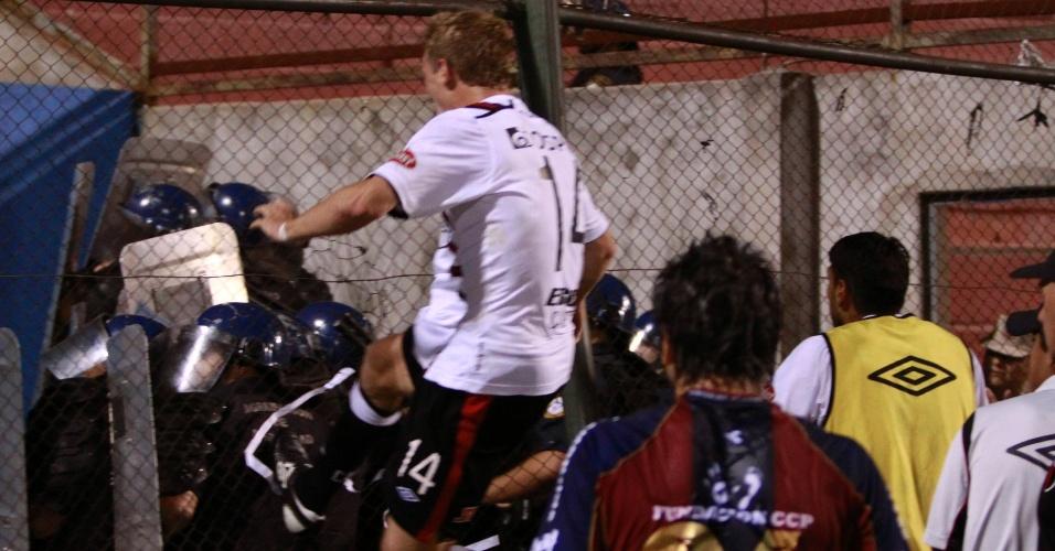 Maximiliano Caire, do Colón, tenta agredir policiais após confusão com a torcida do time no jogo contra o Cerro Porteño