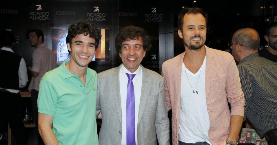 O estilista Ricardo Almeida (centro) posa ao lado dos atores Caio Blat (esq.) e Paulinho Vilhena (dir.) no lançamento de sua mais nova coleção em São Conrado, Rio de Janeiro (22/10/12)