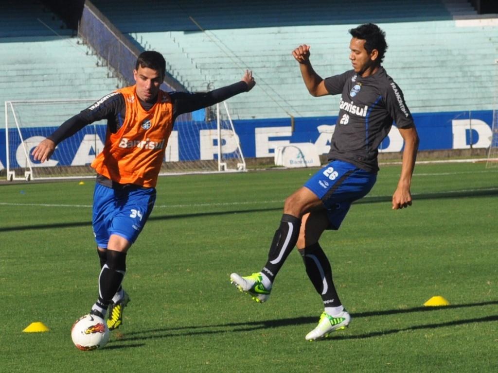 Souza trabalha normalmente e marca André Lima em treino do Grêmio (23/10/2012)