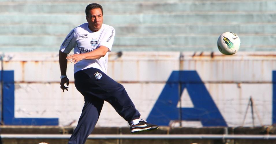 Técnico Vanderlei Luxemburgo lança a bola com os pés durante treino do Grêmio nesta terça-feira (23/10/2012)