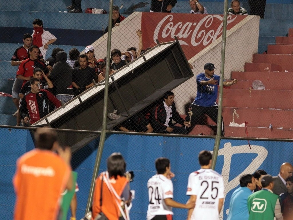 Torcedores do Colón se envolvem em confusão durante partida contra o Cerro Porteño